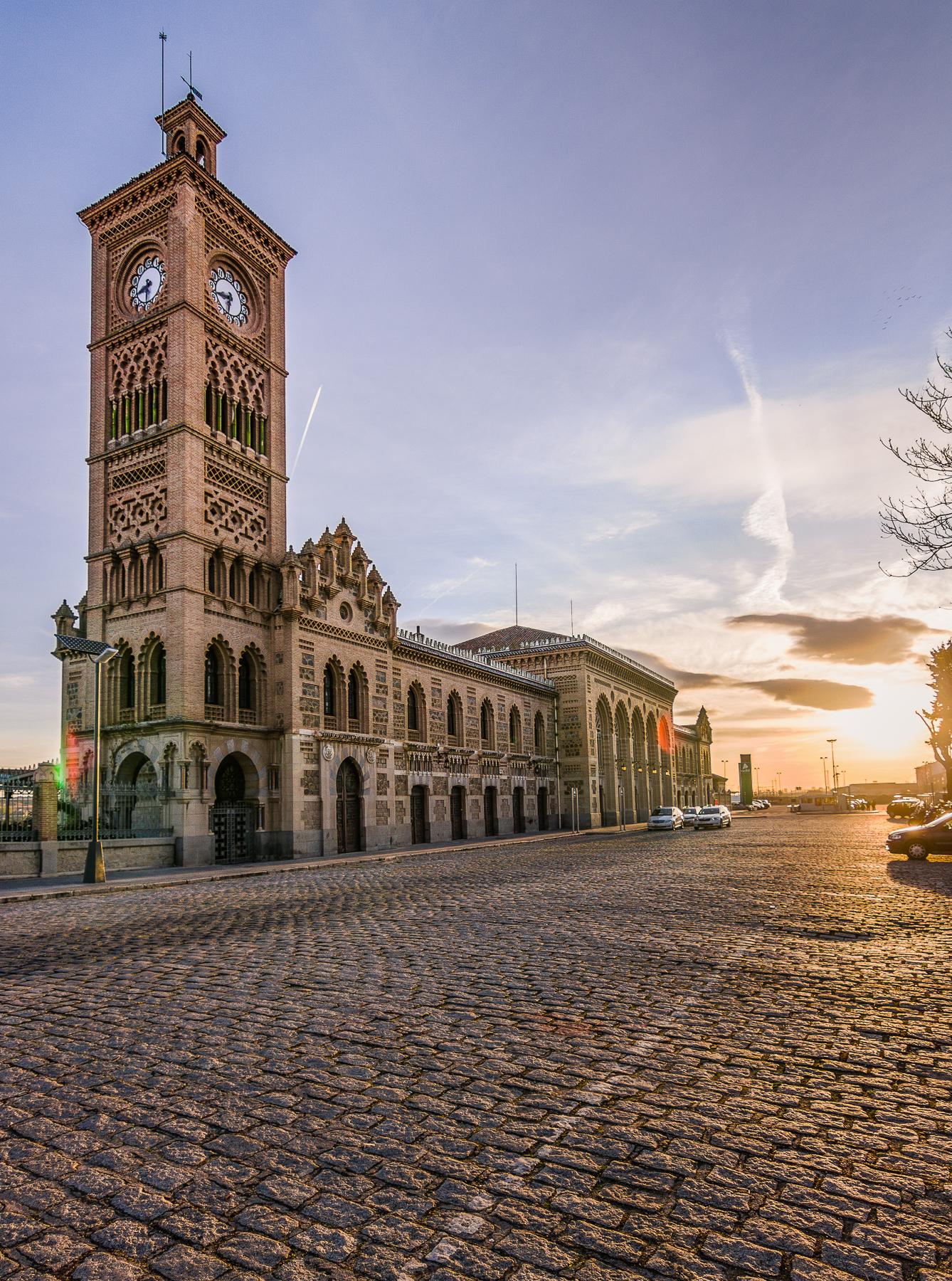Amanecer en Estación de Trenes en Toledo, España.